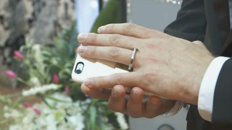 Un bărbat se căsătoreşte cu smartphone-ul personal
