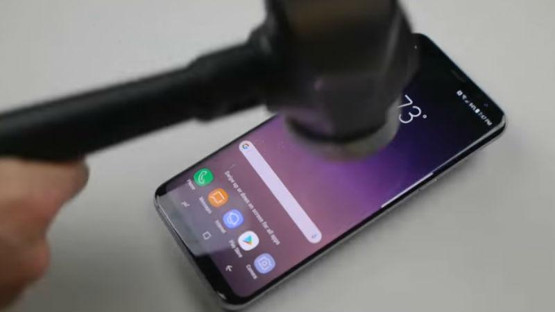 Test de rezistenţă Galaxy S8 Plus: 10 lovituri de ciocan şi încă rezistă