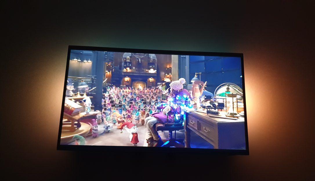 Am schimbat televizorul vechi din dormitor cu unul smart Philips Ambilight