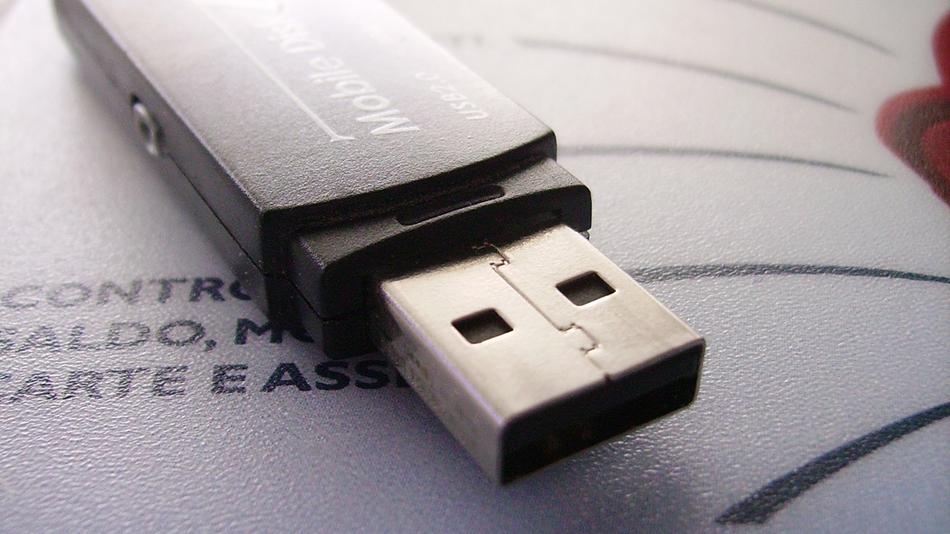 Inventatorul USB regretă că a făcut dispozitivul atât de greu de introdus în port - se întâmplă în tech duminică