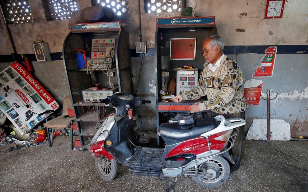 India solicită producătorilor de scutere să se pregătească pentru a trece pe energie electrică