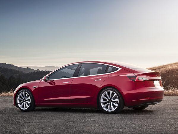 Muncitorii de la fabrica Tesla spun că au folosit și bandă adezivă pentru a putea face față solicitărilor de producție