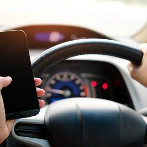 Telefonul la volan te lasă fără permis!