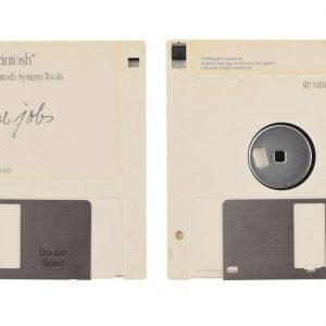 Cât costă semnătura lui Steve Jobs pe o dischetă