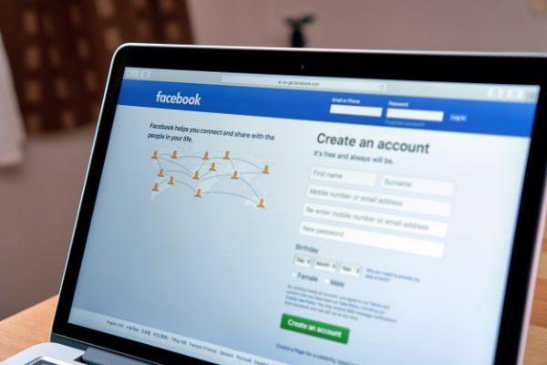 Facebook șterge sute de conturi false implicate într-o operațiune