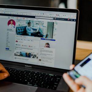 Noua interfață Facebook web vine cu Dark Mode