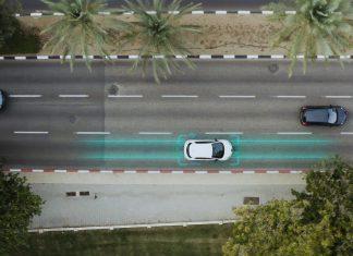 Betonul care încarcă mașina electrică în mers